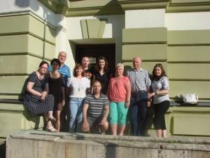 Skupina před divadlem 5