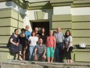 Skupina před divadlem 4